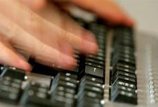 """Les ventes en ligne aux Etats-Unis devraient atteindre la barre des deux milliards de dollars (1,48 milliard d'euros) en ce jour de """"Cyber Monday"""", ce qui serait une première depuis que le cabinet d'études comScore a commencé à répertorier ce type de données. /Photo d'archives/REUTERS"""