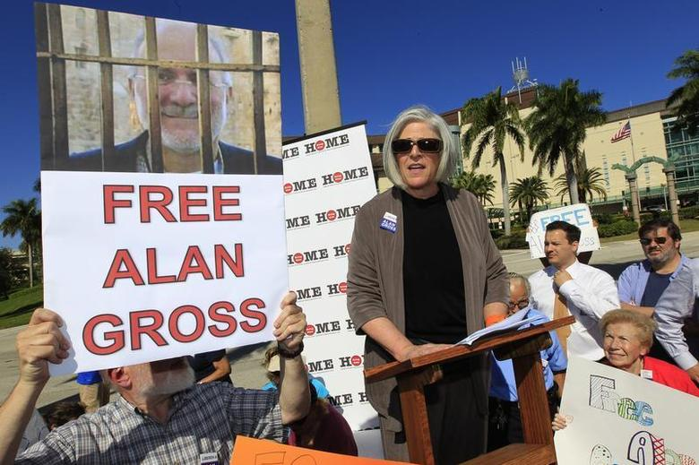 Judy Gross, (C) the wife of Alan Gross a U.S. contractor jailed in Cuba for crimes against the state, speaks a rally for her husband's release in West Palm Beach, Florida November 11, 2012. REUTERS/Joe Skipper