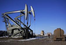 Нефтяные станки-качалки в округе Маккензи, Северная Дакота, 12 марта 2013 года. Цены на нефть Brent держатся выше $111 за баррель за счет хороших макроэкономических показателей и прогнозов сокращения поставок. REUTERS/Shannon Stapleton
