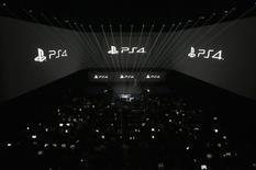 Презентация PlayStation 4 в Нью-Йорке 20 февраля 2013 года. Глобальные продажи игровой приставки PlayStation 4 превысили на начало декабря 2,1 миллиона, сообщила во вторник Sony Corp. REUTERS/Brendan McDermid