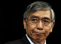 Глава Банка Японии Харухико Курода выступает на семинаре в Токио 20 сентября 2013 года. Япония подготовит экономические стимулы объёмом около 5,4-5,5 триллионов иен ($52,43 миллиарда) для поддержки экономики накануне повышения национального налога с продаж в апреле 2014 года, сообщили знакомые с ситуацией источники. REUTERS/Yuya Shino