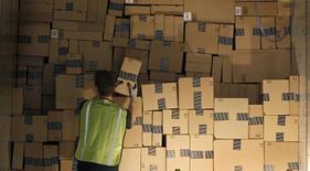 """Préparatifs en vue du """"Cyber Monday"""" dans un entrepôt du géant du commerce en ligne Amazon.com à Phoenix, dans l'Arizona, fin novembre. Les ventes en ligne aux Etats-Unis devraient atteindre la barre des deux milliards de dollars (1,48 milliard d'euros) à l'occasion de cette journée consécutive au long week-end de Thanksgiving, la plus active pour le commerce électronique aux Etats-Unis et qui lance traditionnellement la période d'achats liés aux fêtes de fin d'année. /Photo prise le 22 novembre 2013/REUTERS/Ralph D. Freso"""