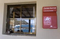La privatisation de la poste portugaise (CTT) se fera au prix maximal de la fourchette indicative donnée par le gouvernement, soit 5,52 euros par action, ce qui devrait permettre à l'Etat de lever 580 millions d'euros. /Photo d'archives/REUTERS/Marcos Borga