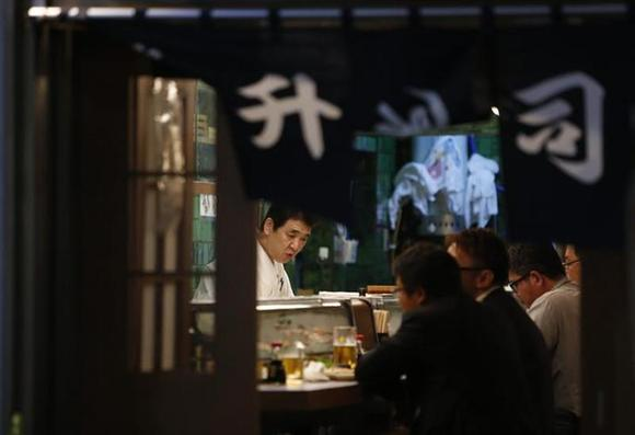 Businessmen have dinner at a sushi restaurant in Tokyo October 1, 2013. REUTERS/Yuya Shino/Files