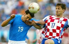 Italy's Gianluca Zambrotta (L) is challenged by Croatia's Robert Jarni (R) during their group G World Cup Finals soccer match in Ibaraki Stadium June 8, 2002. REUTERS/Paolo Cocco