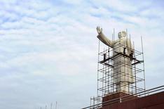 Operários trabalham na montagem de um andaime para a limpeza de uma estátua do ex-líder chines Mao Tsé-Tung, em Chengdu, na província de Sichuan, China. Operários trabalham na montagem de um andaime para a limpeza de uma estátua do ex-líder chines Mao Tsé-Tung, em Chengdu, na província de Sichuan, China. Os líderes da China prometeram nesta terça-feira acelerar as reformas econômicas em 2014, mas mantendo a estabilidade e a continuidade das políticas, segundo a agência de notícias Xinhua. 24/09/2013. REUTERS/Stringer