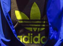 Logo da Adidas fotografado em uma camiseta durante coletiva de imprensa anual em Herzogenaurach, na Alemanha. A fabricante alemã de artigos esportivos espera que as vendas de produtos de futebol e de corrida ajudem a companhia a atingir suas metas de vendas e lucro em 2015, apesar de ainda não ter feito tanto progresso nesses pontos como inicialmente esperava. 7/05/2013. REUTERS/Michael Dalder