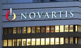 Logotipo da empresa farmacêutica suíça Novartis em sua sede em Basileia, na Suíça. O Banco Nacional de Desenvolvimento Econômico e Social (BNDES) aprovou um financiamento de 804 milhões de reais à Novartis para a construção de uma fábrica de biotecnologia em Jaboatão dos Guararapes (PE), de acordo com comunicado divulgado nesta terça-feira. 22/10/2013 REUTERS/Arnd Wiegmann