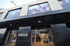 Foto tomada el 7 de noviembre. Local de Adidas en Venice Street, en Bengasi. El fabricante alemán de artículos deportivos Adidas confirmó sus metas para el 2015 de 17.000 millones de euros (23.000 millones de dólares) en ventas y de un margen de ganancia operacional de un 11 por ciento. REUTERS/Esam Omran Al-Fetori