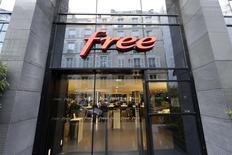 La perspective d'une sortie de crise prochaine sur le marché français du mobile risque de s'éloigner après l'annonce par Free de l'intégration de la 4G dans ses forfaits low-cost qui devrait maintenir la pression sur les prix, selon les experts du secteur. /Photo d'archives/REUTERS/Jacky Naegelen