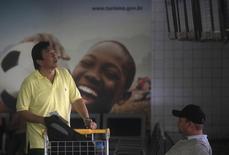 Passageiro checa seu voo no aeroporto Galeão, no Rio de Janeiro, em 22 de novembro. Durante a Copa do Mundo, torcedores de vários países vão viajar pelo Brasil para assistir aos jogos. REUTERS/Ricardo Moraes