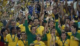 Jogadores do Brasil comemoram a conquista da Copa das Confederações, em junho, no Maracanã. 30/06/2013 REUTERS/Marcos Brindicci