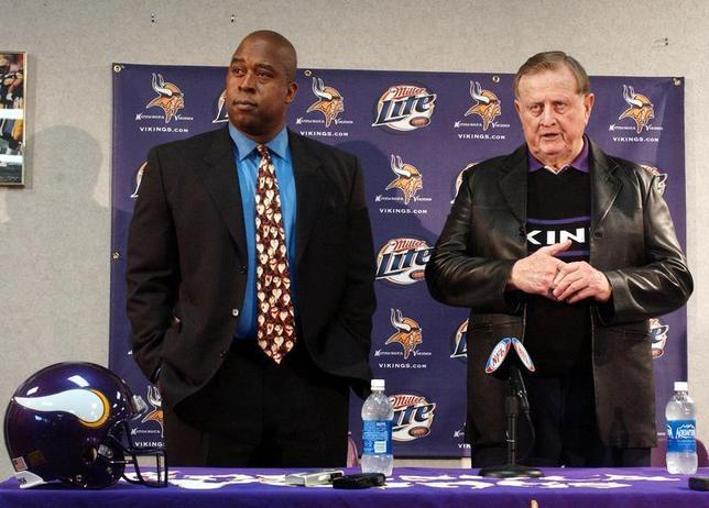 Minnesota Vikings owner Red McCombs (R) answers questions at a news conference announcing Arizona businessman Reggie Fowler's (L) intention to purchase the Vikings from McCombs at the Vikings' corporate office in Bloomington, MN, February 14, 2005. REUTERS/Eric Miller