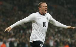 Atacante da Inglaterra Wayne Rooney comemora gol em partida contra a Polôniam, em Wembley. 15/10/2013 REUTERS/Stefan Wermuth