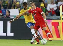 Meia suíço Shaqiri disputa bola com Neymar em amistoso contra o Brasil, na Basileia. 14/08/2013 REUTERS/Ruben Sprich