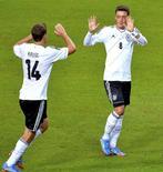 Meia alemão Ozil comemora gol marcado contra a Suécia com o companheiro de equipe Kruse em partida disputada em Estocolmo. 15/10/2013 REUTERS/Jonas Ekstromer/TT News Agency