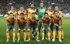 Seleção da Austrália alinhada antes de partida das eliminatórias da Copa do Mundo contra o Iraque, em Sydney. 18/06/2013 REUTERS/Daniel Munoz