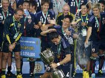 Jogadores e técnico do time do Japão comemoram vitória da Copa do Leste Asiático em Seoul 28/11/2013. REUTERS/Lee Jae-Won