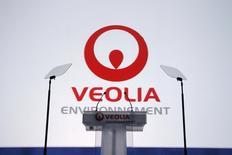 """Veolia Eau prévoit de supprimer 700 postes en France en 2014 dans le cadre d'un plan de départs volontaire qui s'inscrit dans un programme de réorganisation déjà annoncé en mars dernier qui a entraîné le non-remplacement de 500 départs """"naturels"""", 400 autres étant encore attendus en 2014. Par ailleurs, 700 postes seront donc supprimés l'an prochain dans le cadre de ce plan de départ volontaires, portant à 1.600 le nombre total de suppressions de postes au sein de la filiale du groupe Veolia Environnement, sur un effectif de 15.000 personnes en France. /Photo d'archives/REUTERS/Benoît Tessier"""