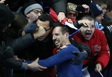 Franck Ribéry comemora com torcedores classificação da França para o Mundial de 2014, após vitória sobre a Ucrânia em 19 de novembro. REUTERS/Charles Platiau