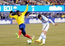 Argentino Rodrigo Palacio é marcado pelo equatoriano Frickson Erazo (3) durante amistoso que terminou em 0 x 0, em 15 de novembro.