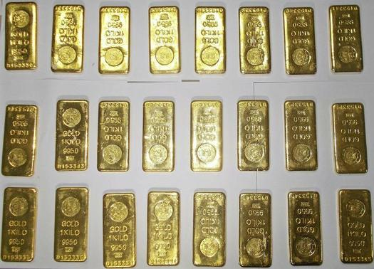 Seized gold bars are kept on displayed by custom officers at the international airport in Kolkata November 19, 2013. REUTERS-Stringer-Files