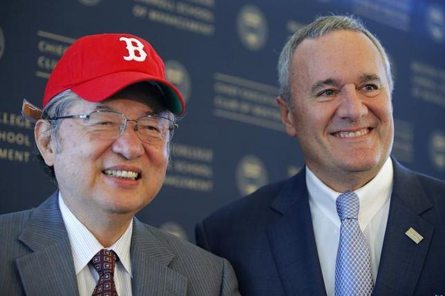 Yorihiko Kojima (L), chairman of the board of Mitsubishi Corporation, wears the Boston Red Sox baseball cap given to him as a gift from William Swanson (R), CEO of Raytheon Corporation, as they pose for a photograph after Kojima delivered the keynote speech at the Boston College Chief Executives' Club of Boston luncheon in Boston, Massachusetts September 25, 2013. REUTERS/Brian Snyder