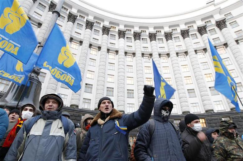 People gather in front of the Ukrainian cabinet of ministers building during a rally to support EU integration in Kiev December 4, 2013. REUTERS/Vasily Fedosenko