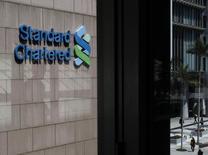 Standard Chartered, qui prévoit un revenu 2013 du même ordre que celui de 2012 alors que les analystes anticipaient une hausse de l'ordre de 4%, a prévenu que 2013 mettrait sans doute un terme à 10 années de bénéfices record, en raison de pertes en Corée, d'un ralentissement de ses marchés asiatiques et d'une réglementation devenue plus stricte. /Photo prise le 5 mars 2013/REUTERS/Bobby Yip
