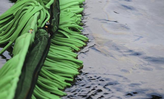 Absorbent foam is used to soak up crude oil in the La Chaudiere River in Lac-Megantic, Quebec July 10, 2013. REUTERS/Christinne Muschi