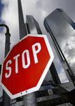 Дорожный знак у штаб-квартиры Deutsche Bank во Франкфурте-на-Майне 29 октября 2013 года. Deutsche Bank запретил персоналу, работающему с иностранной валютой и инструментами с фиксированной доходностью, использовать онлайн-чаты. REUTERS/Ralph Orlowski