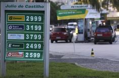 Preços de combutíveis expostos em um posto de gasolina na praia de Copacabana, no Rio de Janeiro. A aplicação de reajustes aos preços de combustíveis não será automática como resultado de fórmula de precificação, disse a Petrobras em um comunicado nesta quarta-feira. 29/11/2013. REUTERS/Ricardo Moraes
