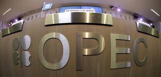Стол с логотипом ОПЕК на презентации доклада картеля в Вене 7 ноября 2013 года. Организация стран-экспортеров нефти (ОПЕК) на совещании в среду сохранила квоту на совокупную добычу нефти ее участниками на уровне 30 миллионов баррелей в сутки, сообщили два участника совещания. REUTERS/Leonhard Foeger