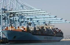 Le déficit commercial américain s'est réduit en octobre et les exportations ont atteint un niveau record, signe d'une reprise de la demande mondiale qui devrait soutenir la croissance au quatrième trimestre. /Photo d'archives/REUTERS/Mario Anzuoni