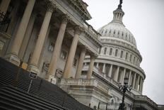 Escadaria usada pelos membros do Congresso para entrar na Câmara de Deputados dos Estados Unidos vazia no Capitólio, em Washington. O déficit comercial dos Estados Unidos diminuiu em outubro com as exportações em máxima recorde, apontando para uma aceleração na demanda global que deve ajudar a sustentar o crescimento doméstico no quarto trimestre. 07/10/2013 REUTERS/Jason Reed
