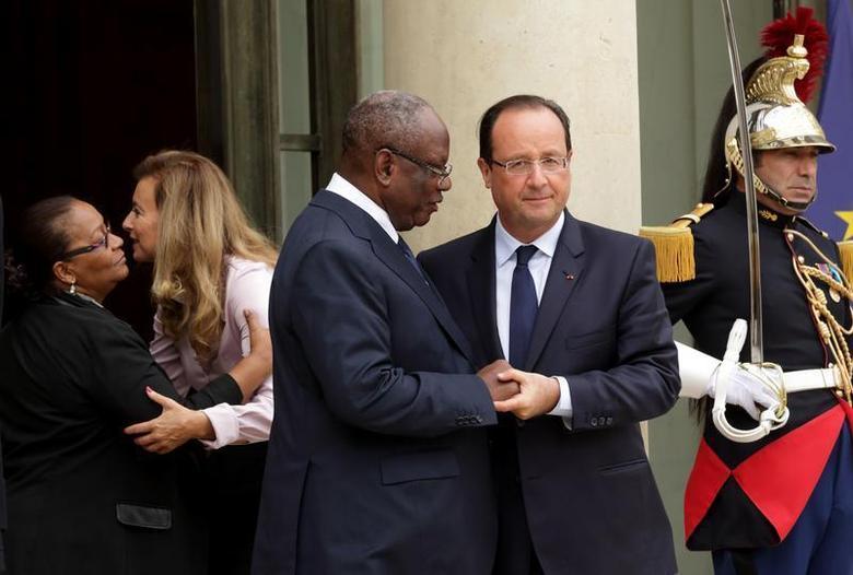 French President Francois Hollande (R) and his companion Valerie Trierweiler (2ndL) accompany Ibrahim Boubacar Keita (2ndR), President of Mali, and his wife Aminata Maiga Keita (L) following a meeting at the Elysee Palace in Paris, October 1, 2013. REUTERS/Philippe Wojazer