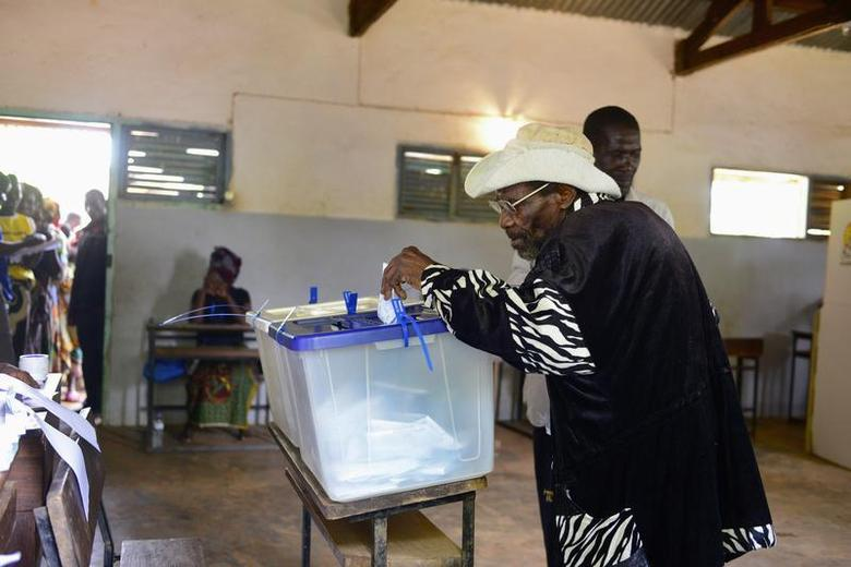 A Mozambican man casts his ballot at a voting station near Gorongosa in central Mozambique November 20, 2013. REUTERS/Grant Lee Neuenburg