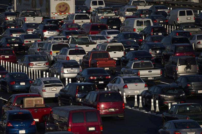 Motorists drive onto the San Francisco-Oakland Bay bridge during morning commute hours in Oakland, California September 3, 2013. REUTERS/Stephen Lam
