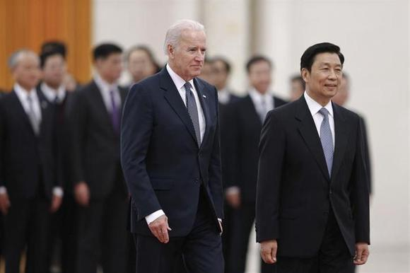 Chinese Vice President Li Yuanchao (2nd L) accompanies U.S. Vice President Joe Biden (L) to view an honour guard during a welcoming ceremony inside the Great Hall of the People in Beijing December 4, 2013. REUTERS/Lintao Zhang/Pool