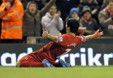 """Нападающий """"Ливерпуля"""" Луис Суарес празднует гол в ворота """"Норвича"""" в матче чемпионата Англии 4 декабря 2013 года. """"Ливерпуль"""" благодаря четырем голам Луиса Суареса разгромил """"Норвич"""" в матче 14-го тура английской Премьер-Лиги. REUTERS/Phil Noble"""