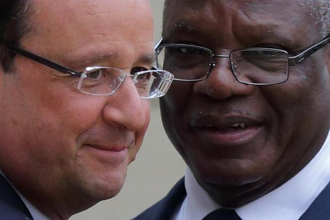 French President Francois Hollande (L) welcomes Ibrahim Boubacar Keita, President of Mali, as he arrives for a meeting at the Elysee Palace in Paris, October 1, 2013. REUTERS/Philippe Wojazer