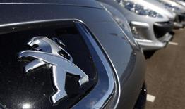 Vers 12h10, PSA se replie de 1,36% quand le CAC 40 cède 0,12% à 4.143,59 points. Les équipementiers automobiles ont contesté devant les autorités de la concurrence les conditions générales d'achat de la co-entreprise entre PSA et General Motor constituée dans le cadre de l'alliance des deux groupes en 2012, selon le journal Les Echos. /Photo d'archives/REUTERS/Vincent Kessler