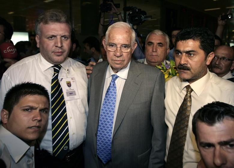 Soccer coach Luis Aragones (C) is surrounded by supporters and officials upon his arrival at Ataturk Airport in Istanbul July 3, 2008. REUTERS/Osman Orsal