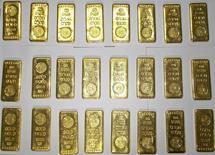 Изъятые индийскими таможенниками слитки золота в международном аэропорту Калькутты 19 ноября 2013 года. Нелегальные торговцы золотом в Индии осваивают методы наркокурьеров в попытке обойти правительственные ограничения на ввоз драгметалла: прячут слитки в автомобилях и скармливают их мулам в надежде пройти таможню. REUTERS/Stringer