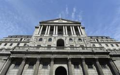 Здание Банка Англии в Лондоне 7 августа 2013 года. Банк Англии в четверг оставил монетарную политику без изменений, выполняя обещание удерживать ставку на минимальном уровне, пока восстановление экономики не станет более уверенным. REUTERS/Toby Melville