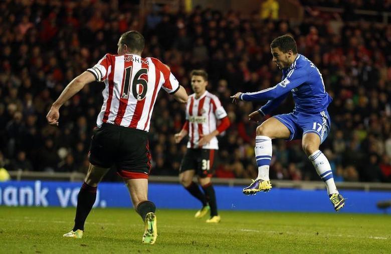 Chelsea's Eden Hazard (R) scores against Sunderland during their English Premier League soccer match at the Stadium of Light in Sunderland, northern England December 4, 2013. REUTERS/Russell Cheyne