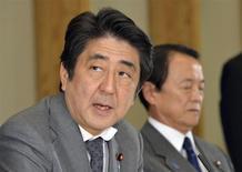 El primer ministro japonés, Shinzo Abe, durante una reunión en Tokio. El gabinete del primer ministro japonés, Shinzo Abe, aprobó el jueves un paquete económico de 182.000 millones de dólares para sacar a la economía de la deflación, pero persisten las dudas sobre su impacto económico real. REUTERS/Yoshikazu Tsuno/Pool