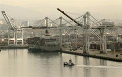 Foto del 12 de noviembre de 2013. Vista del puerto de Oakland. La economía de Estados Unidos creció a un ritmo más veloz a lo estimado inicialmente en el tercer trimestre debido a que las empresas acumularon existencias fuertemente, aunque la demanda interna subyacente permaneció lenta. REUTERS/Robert Galbraith