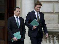 Le ministre britannique des Finances George Osborne (à gauche), ici avec son adjoint Danny Alexander, s'est félicité jeudi de la vigueur de la reprise économique mais s'est dit déterminé à maintenir une politique budgétaire rigoureuse au cours des années à venir. /Photo prise le 5 décembre 2013/REUTERS/Alastair Grant/pool