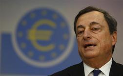 Le président de la BCE, Mario Draghi. La Banque centrale européenne a laissé jeudi ses taux directeurs inchangés, comme attendu par les marchés, à l'issue de sa réunion mensuelle de politique monétaire. Le taux de refinancement et celui de la facilité de prêt marginal demeurent fixés à 0,25% et 0,75% respectivement. /Photo prise le 5 décembre 2013/REUTERS/Kai Pfaffenbach